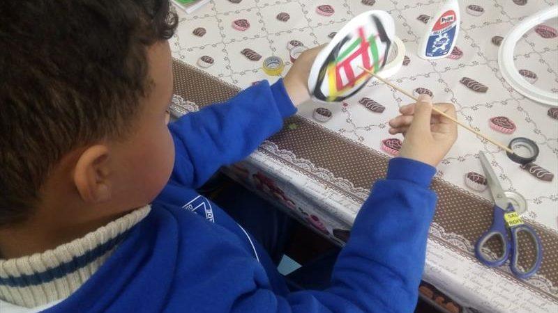 Estudantes criam e se divertem com brinquedos feitos à mão