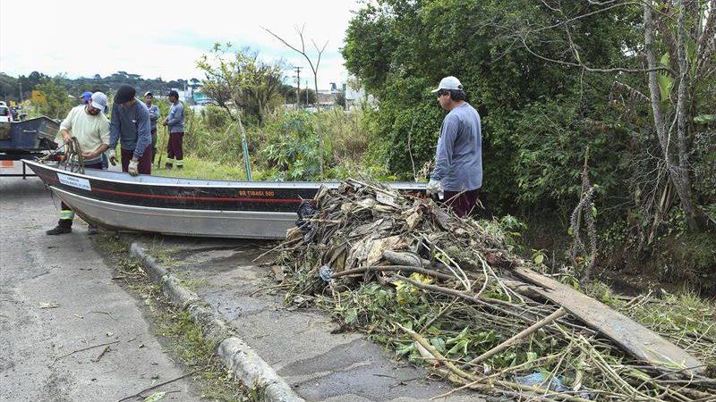 Limpeza do Rio Atuba retira 12 toneladas de lixo e anima moradores