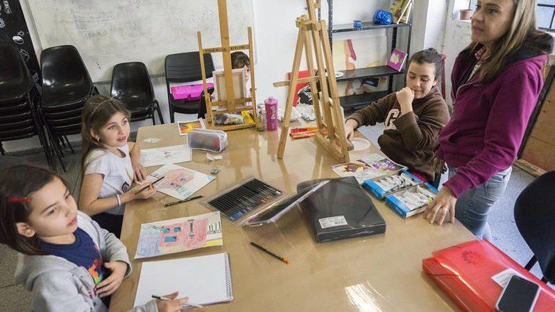 Rua da Cidadania tem cursos de desenho artístico e pintura em tela