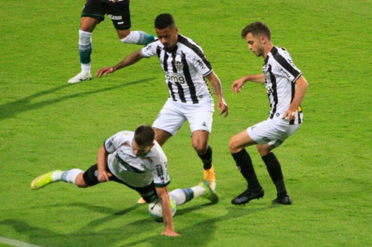 Coritiba perde para o Atlético no Couto e volta à zona de rebaixamento