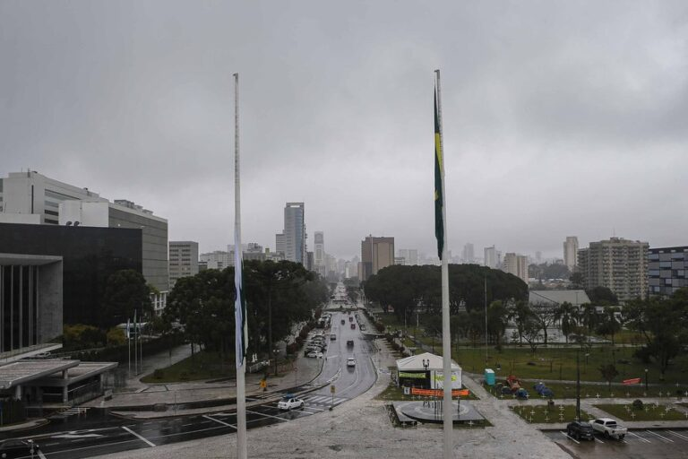 Governador decreta luto oficial de três dias por vítimas da Covid-19